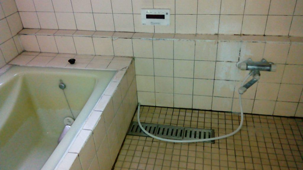 古い浴槽 タイル冷たい