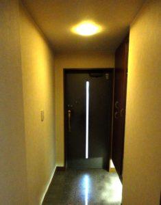 薄暗い玄関