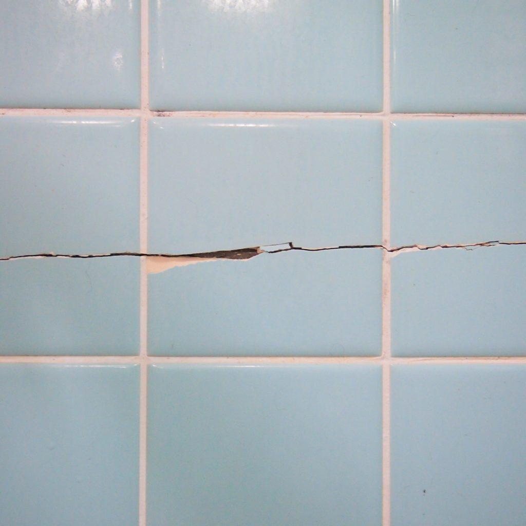 浴室 タイル ひび割れ 補修
